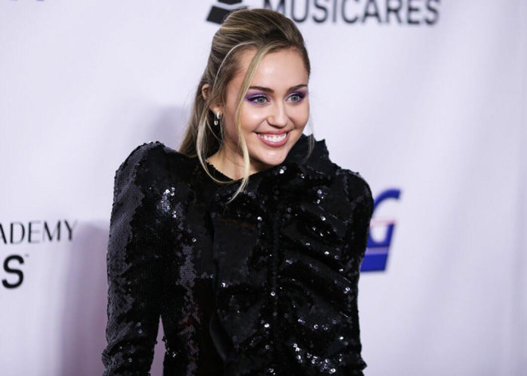 En bild på sångerskan och artisten Miley Cyrus på röda mattan.