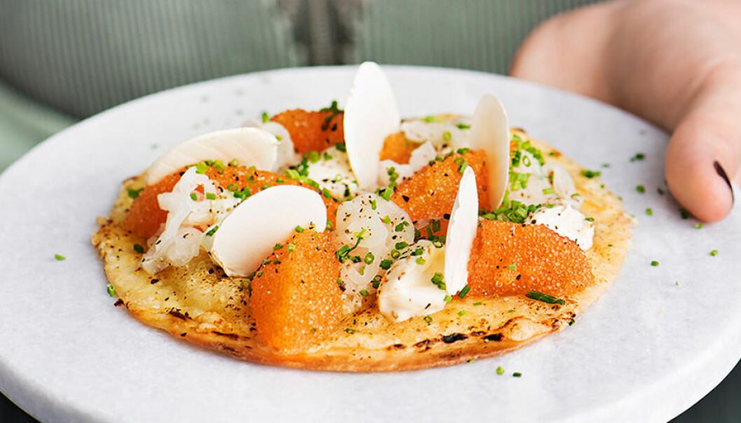 Tortillapizza med löjrom och crème fraiche.