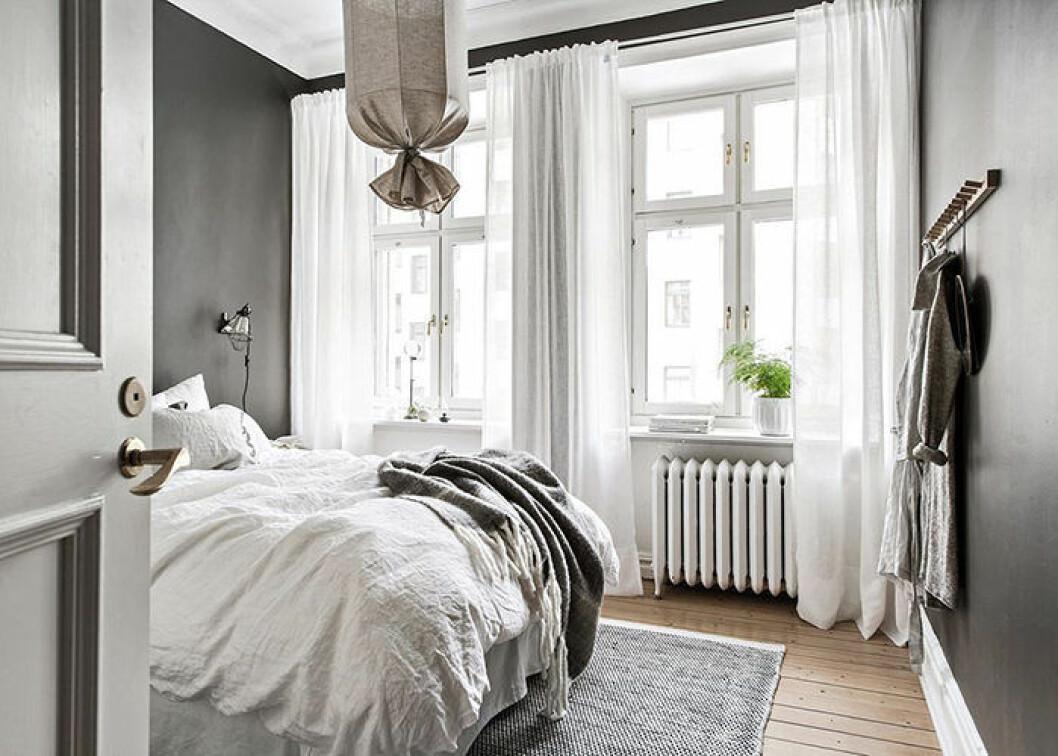 mysigt minimalistiskt sovrum i grått