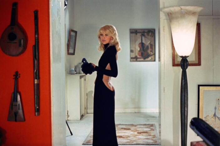 Mireille Darc i ikonisk Guy Laroche klänning från filmen The tall blond man with one black shoe.