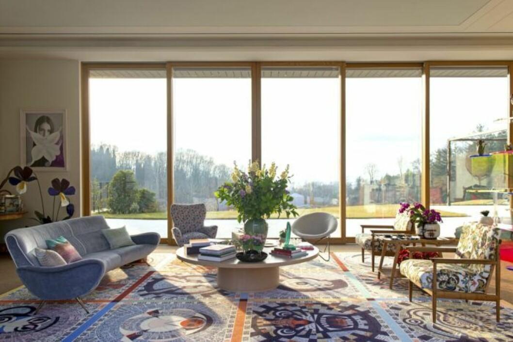 Vardagsrum med makalös utsikt, mönstrade möbler och rofylld känsla hos Margherita Missoni