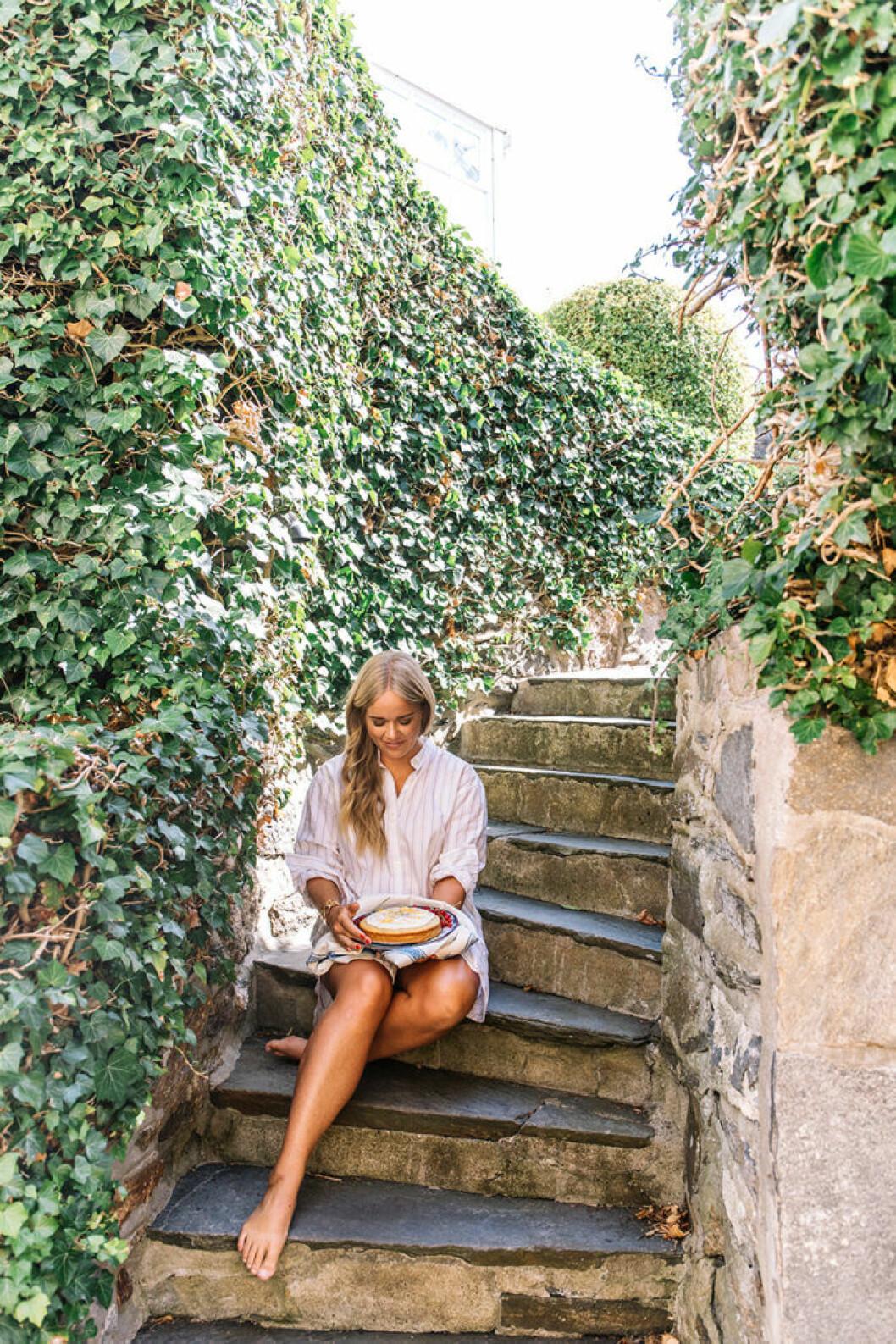 Ebba Kleberg von Sydow med sin mjuka vallmokaka med citronglasyr.