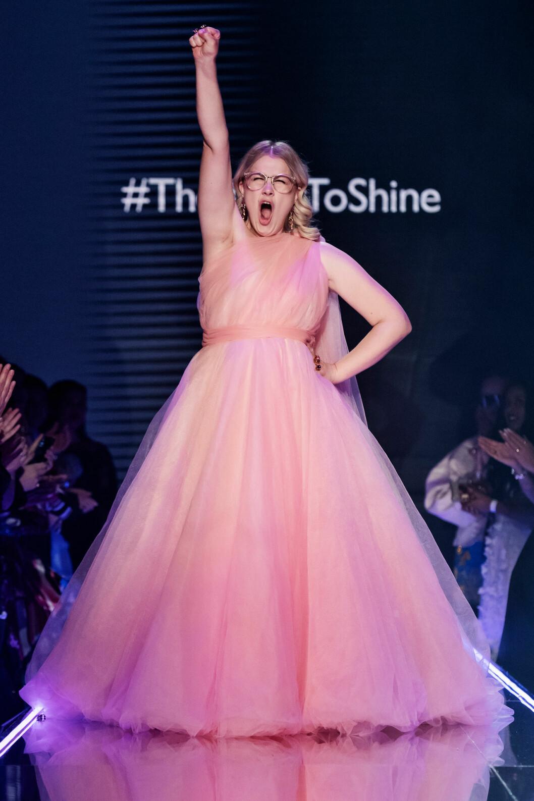 Emma Örtlund gjorde comeback i look nr 1 iklädd sin rosa puffiga prinsess-klänning i design av couturedesignern Frida Jonsvens.