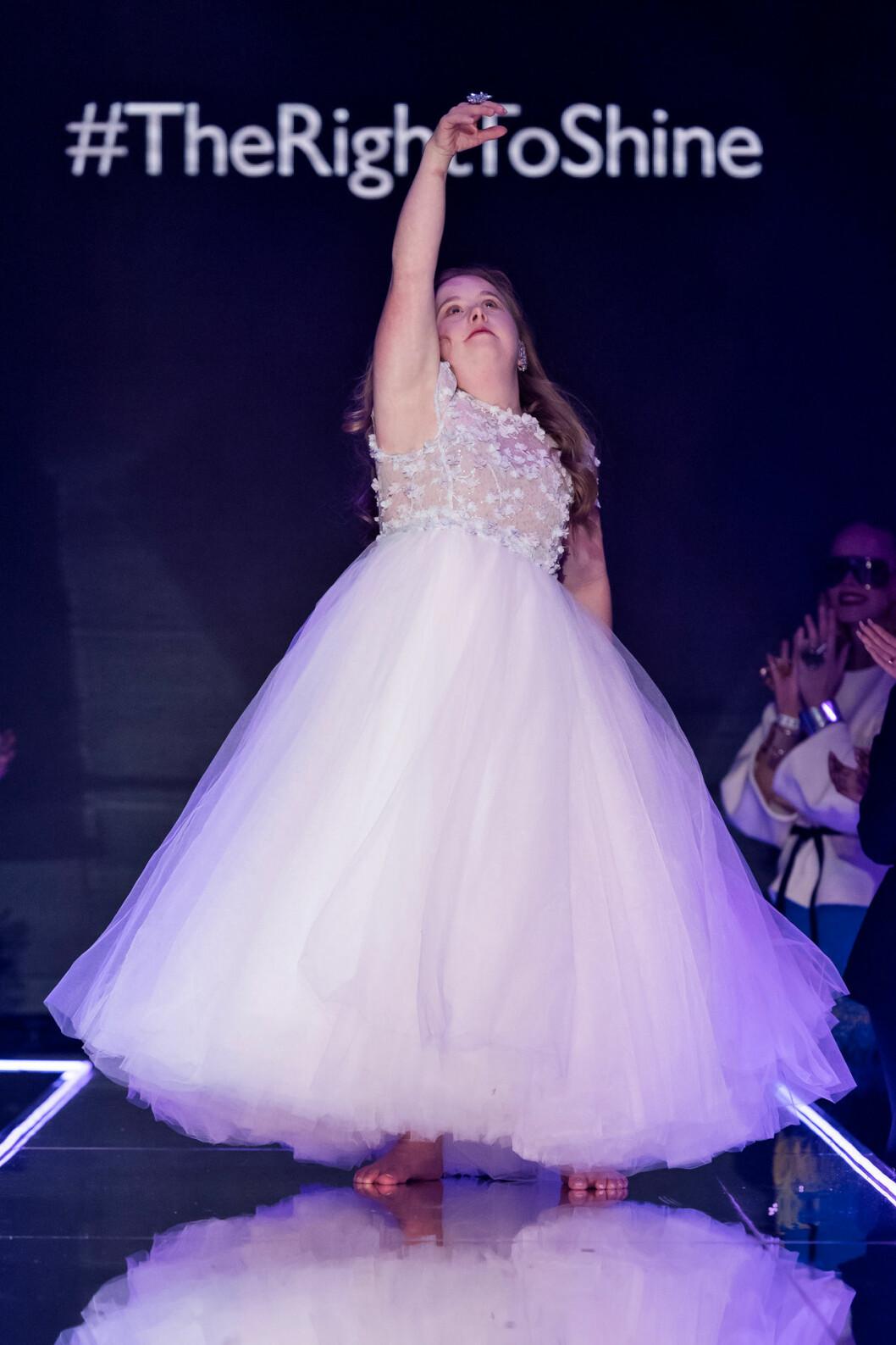 Ida Johansson i look nr 2 med en vit tyllklänning med broderier från couture designern Frida Jonsvens.