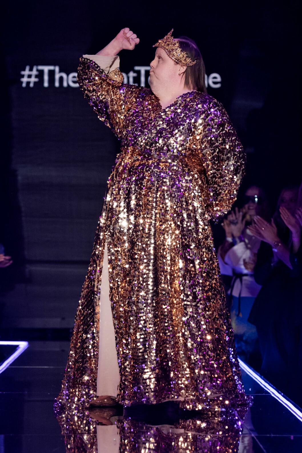 Guldglittrande paljettklänning i design av couturedesignern Frida Jonsvens.