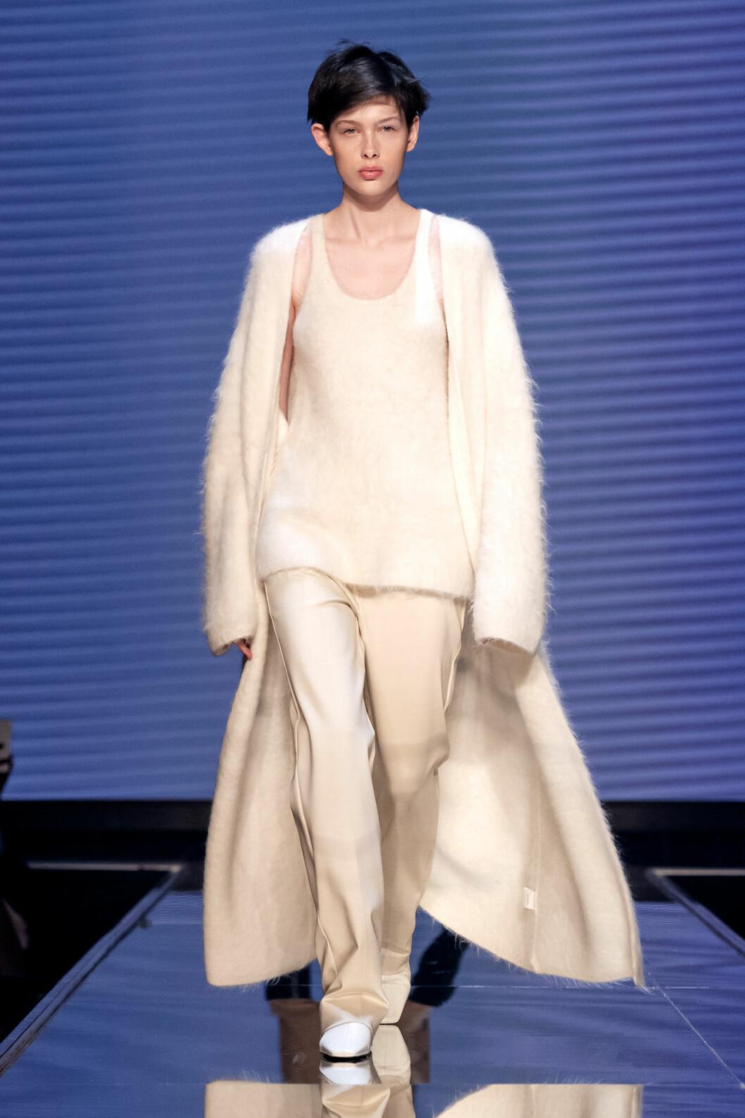 Vit look med lång stickad kofta och matchande linne från Totêmes vinnarvisning ELLE-galan 2020.
