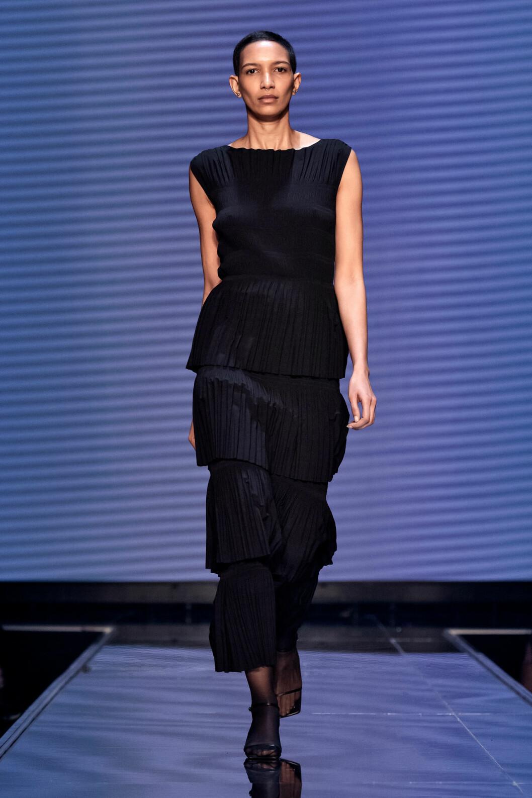 Plisserad lång klänning i svart från Totêmes vinnarvisning ELLE-galan 2020.