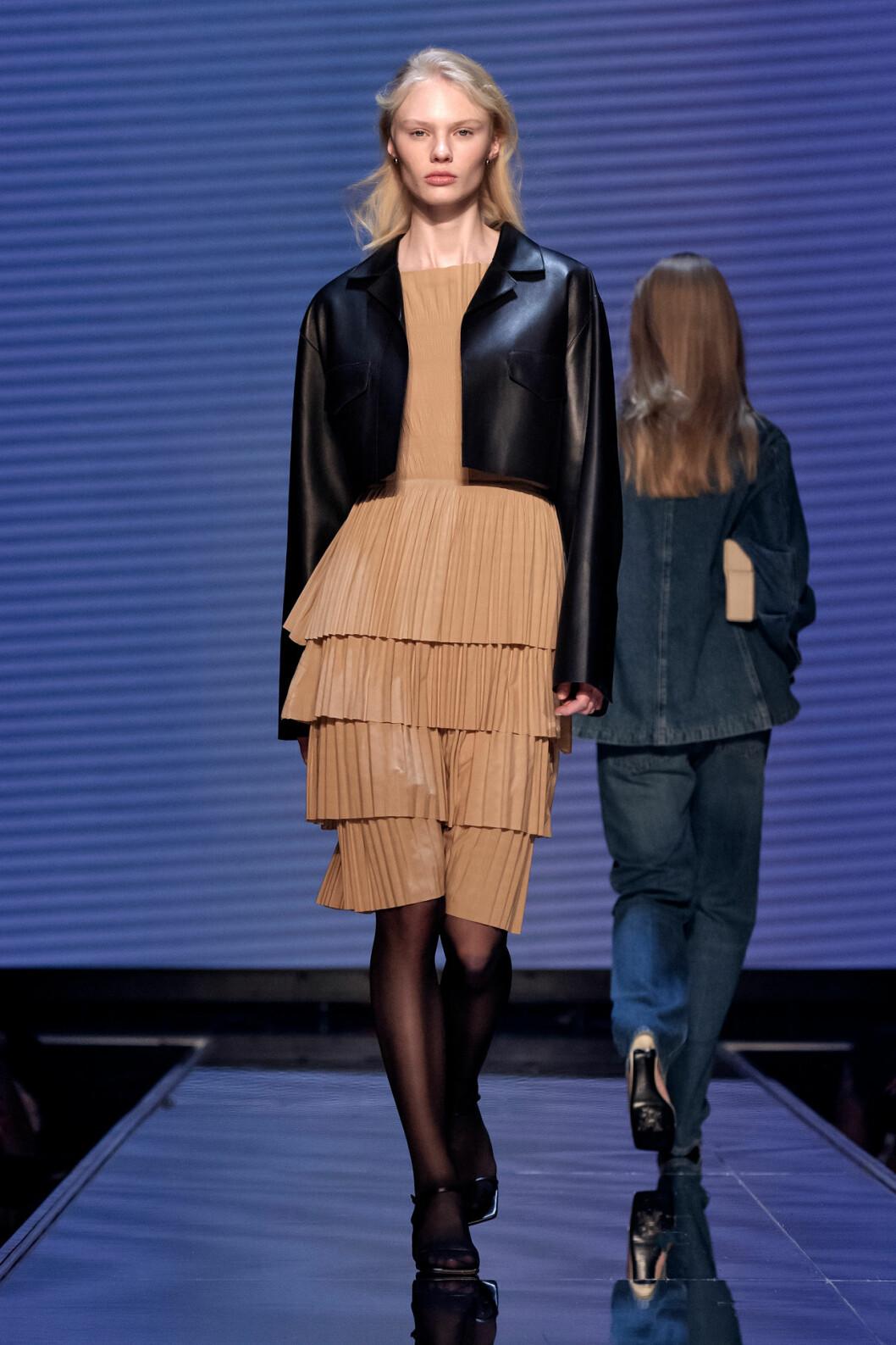 Beige klänning och svart kortare skinnjacka från Totêmes vinnarvisning ELLE-galan 2020.