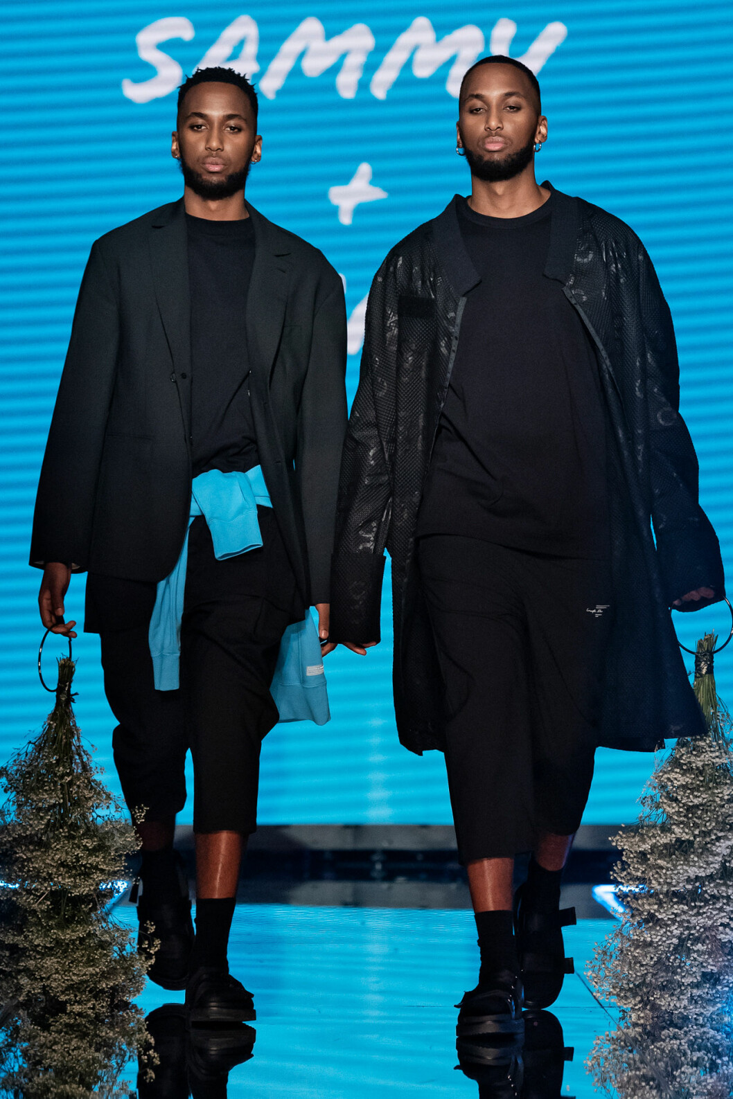 Svarta looks med turkost inslag.