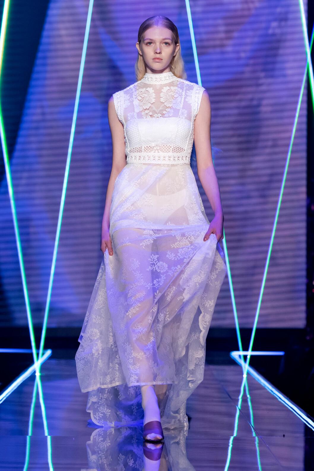 Lätt transparent spetsklänning i vitt från visningen av årets nykomling Amanda Borgfors Mészáros.