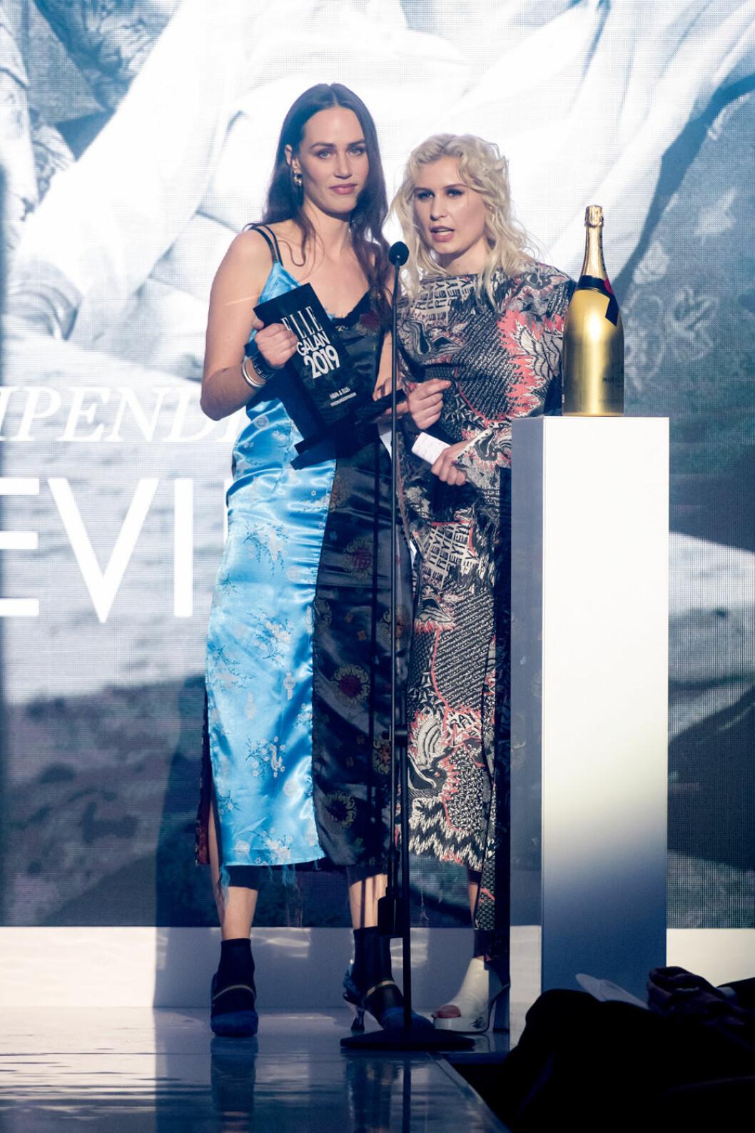 Josephine och Livia från Rave Review bjöd på modevisning under ELLE-galan 2019.