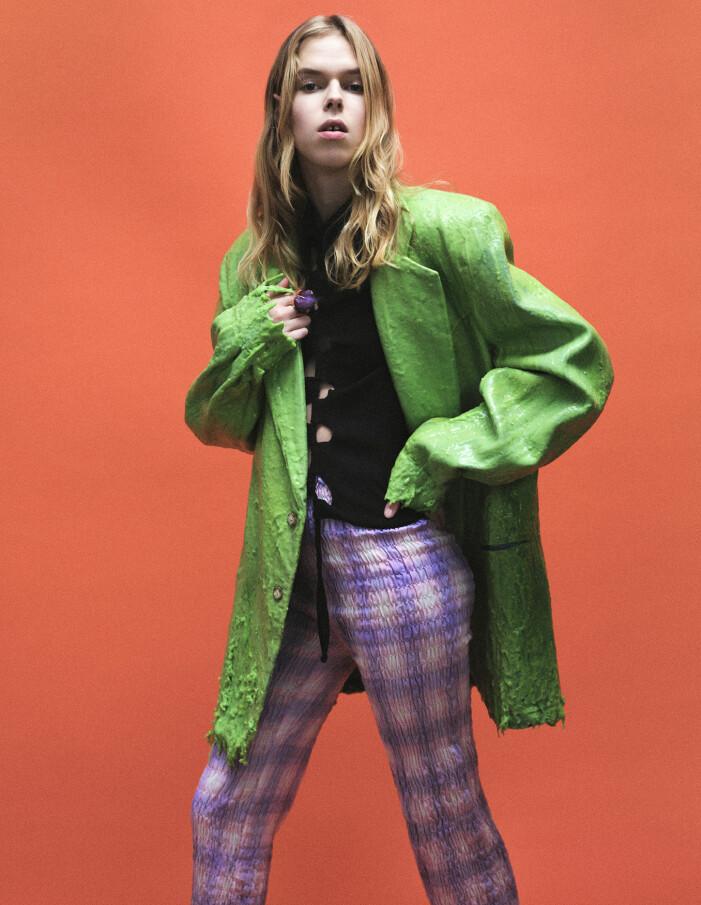 Modellen bär kavaj, tröja och byxor från Beate Karlsson, ring från Acne Studios.