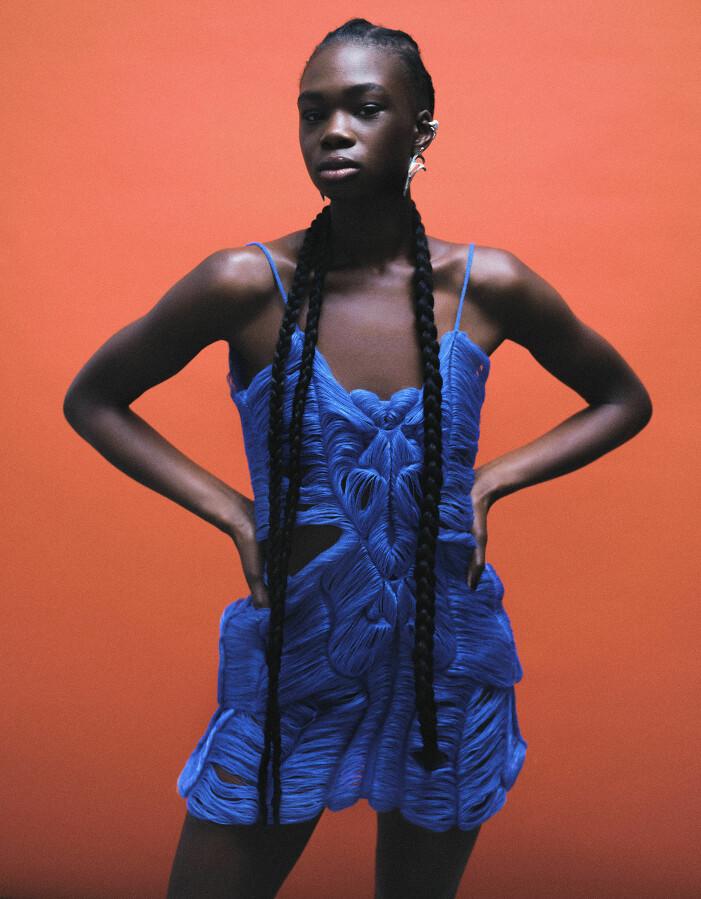 Modellen bär klänning från Emma Gudmundson, örhänge från Celyn Gel, öroncuff från Louis Abel.