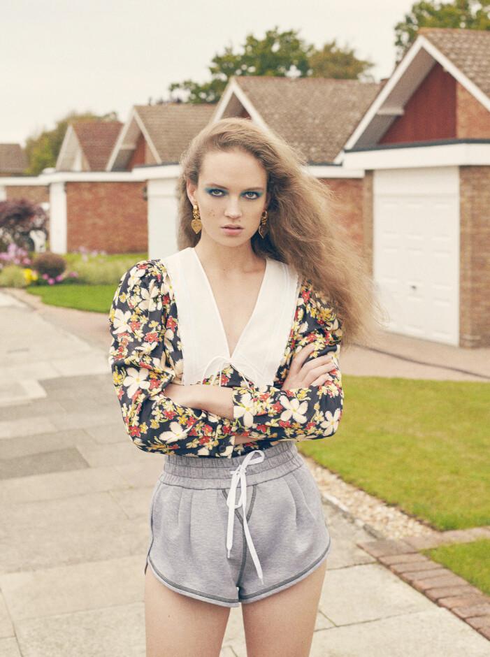 Modellen bär klänning och shorts från Miu Miu och örhängen från Saint Laurent by Anthony Vaccarello.