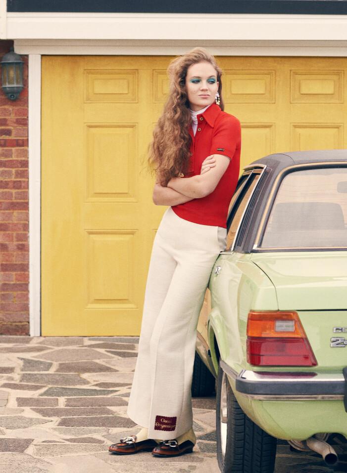 Modellen bär pikétröja och byxor från Gucci, polotröja från Wolford, skor från No. 21, örhängen från Balmain och strumpor från Sockshop.