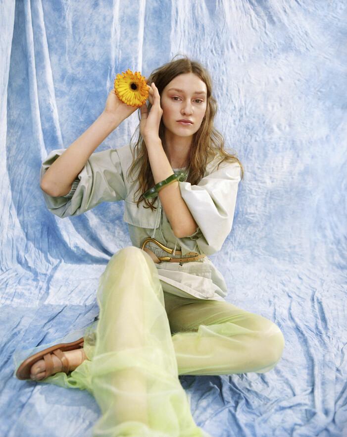 Modellen har på sig jacka från Max Mara, byxa från Wieselblad, skärp från Bottega Veneta, skor från Dior, armband Taller Pacifico.
