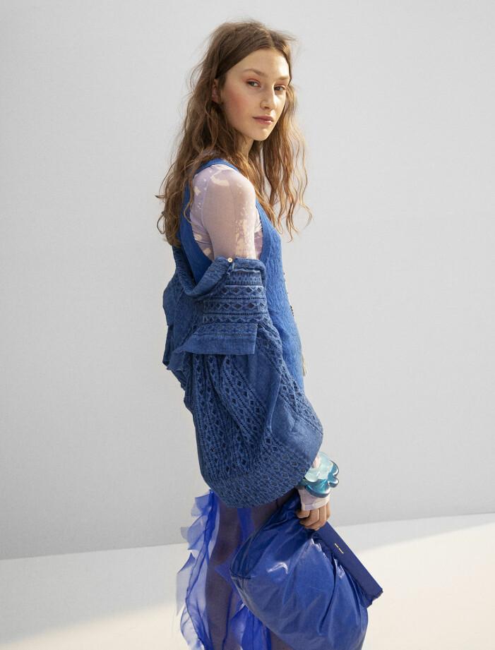 Modellen har på sig jacka från Sucre, tunn topp från Acne Studios, blå topp från Kenzo, byxa från Wieselblad, väska från Isabel Marant, halsband från Personalized Malas och armband från Taller Pacifico.