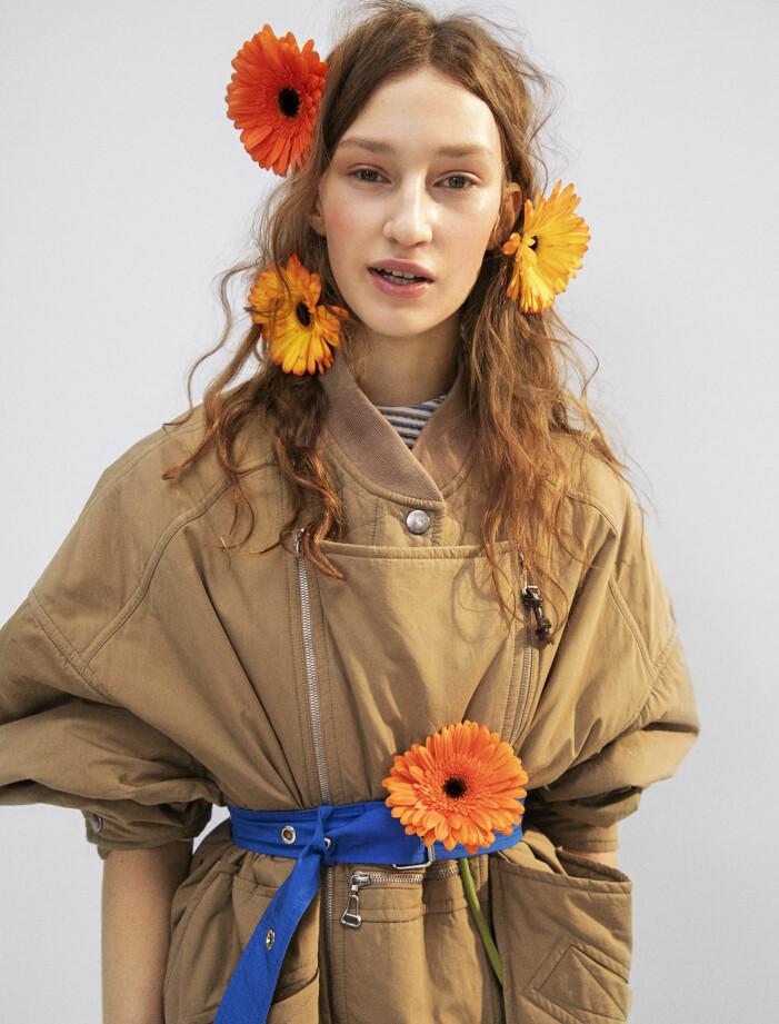Modellen har på sig jacka och klänning från Louis Vuitton.