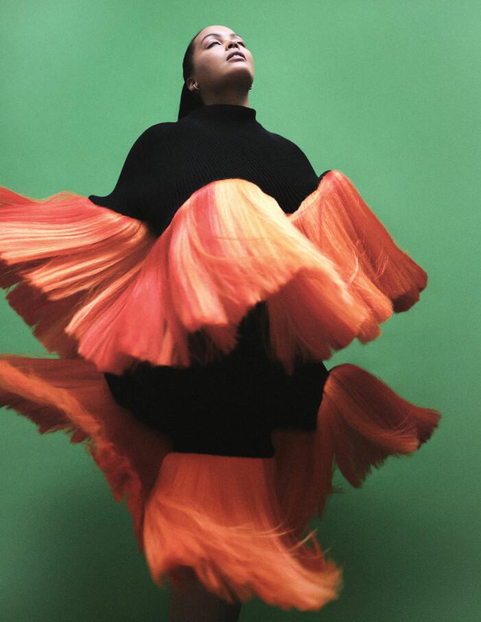 Modellen har på sig klänning från Stina Randestad, örhängen från Cartier.