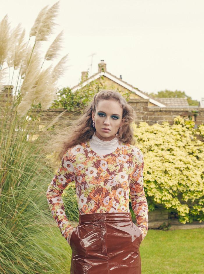 Modellen har på sig klänning och kjol från Sportmax, polotröja från Wolford och örhängen från Bottega Veneta.
