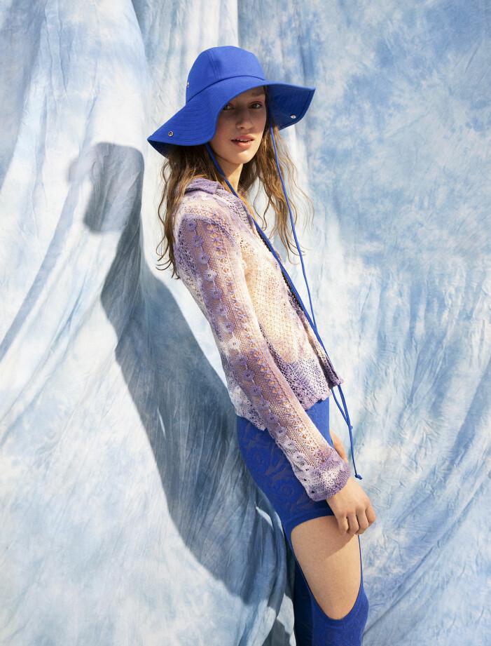 Modellen har på sig skjorta från Our Legacy, leggings och hatt från Kenzo, armband från Taller Pacifico.