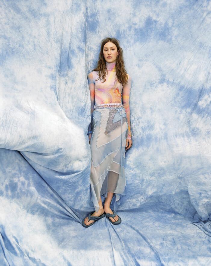 Modellen har på sig topp, kjol, byxa och skor från Acne Studios, armband från Taller Pacifico och ring från Galaxy Silver.