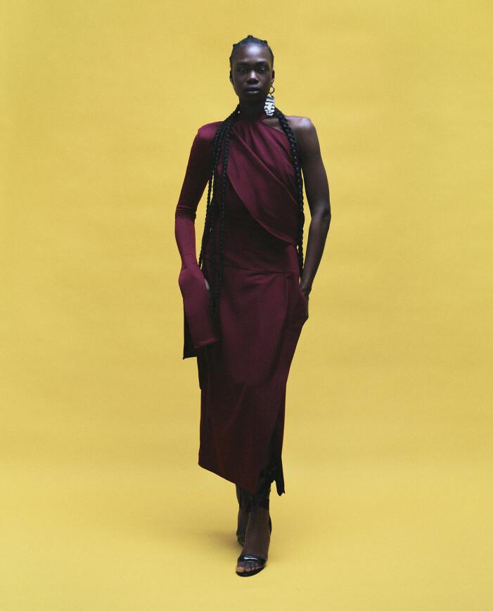 Modellen har på sig topp och kjol från Notion of form, skor från Christian Louboutin, örhänge från Acne Studios.