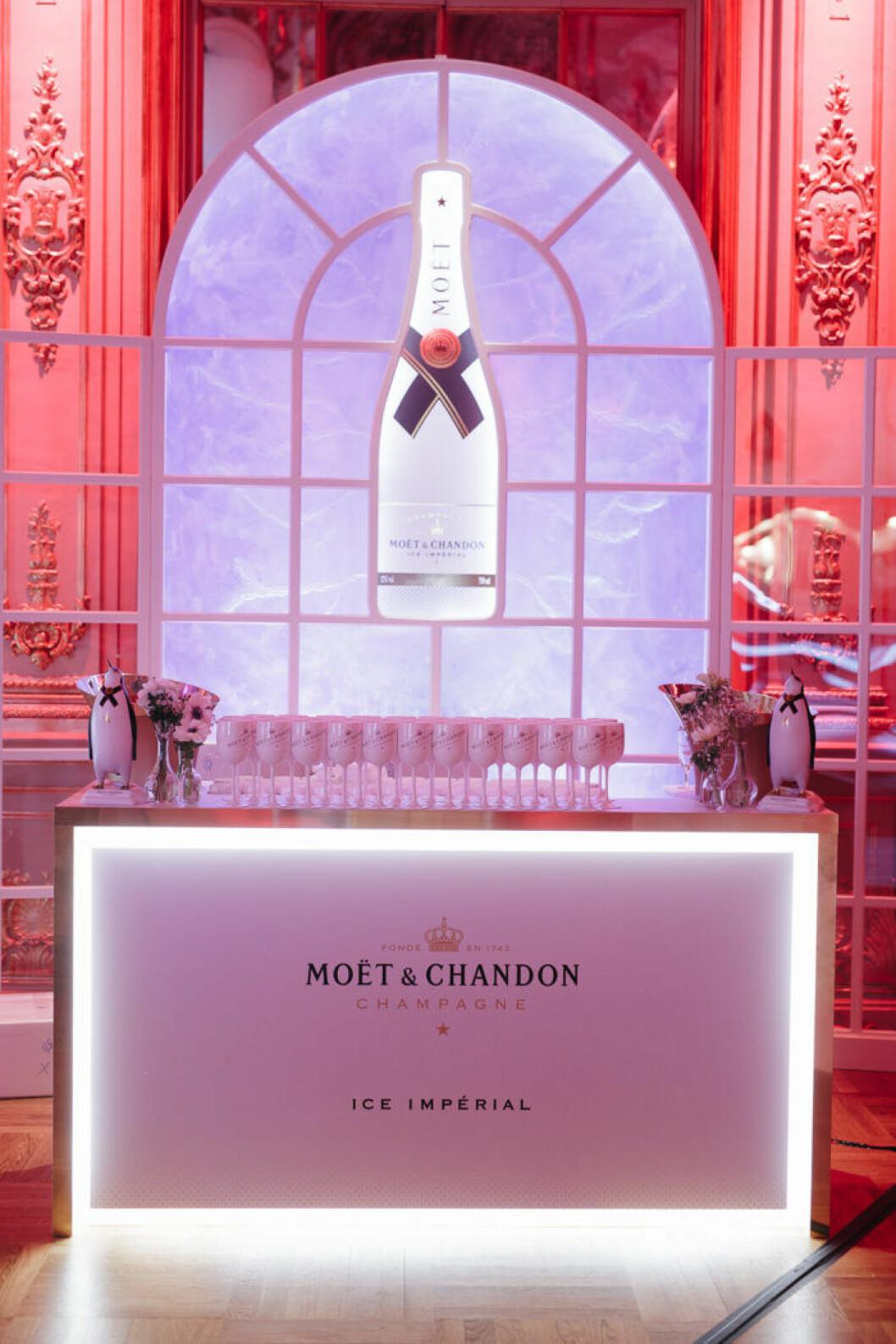 En av de tjusiga champagnebarerna på Grand Hôtel.
