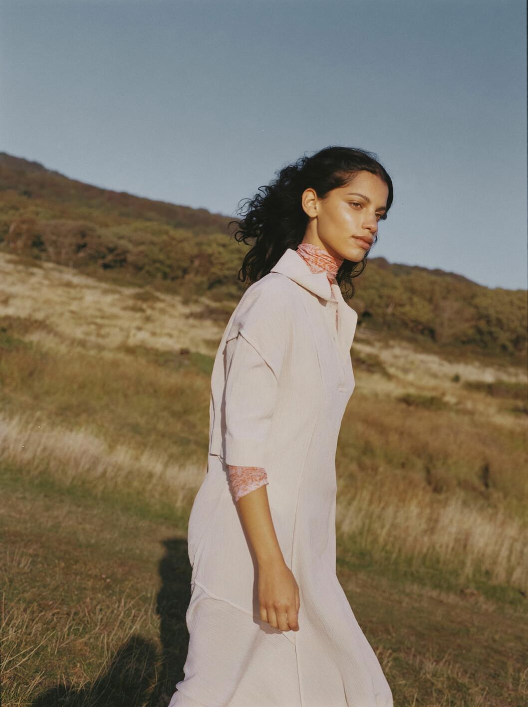 Modellen har på sig en vit klänning från Acne Studios