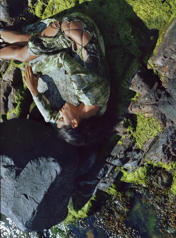 Modellen bär en mönstrad klänning från Jade Cropper