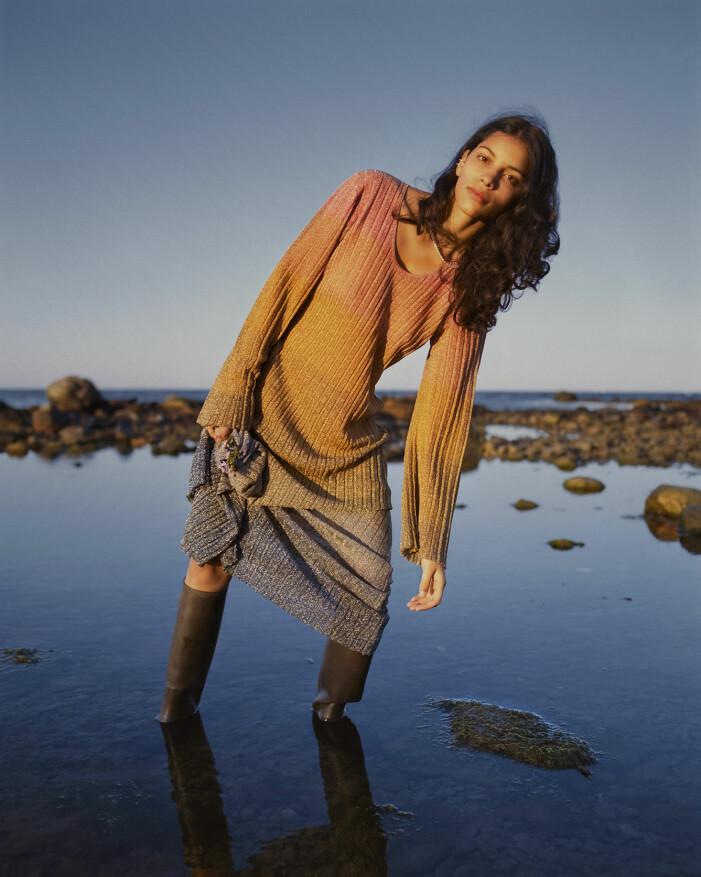 Modellen har på sig en klänning från Malene Birger
