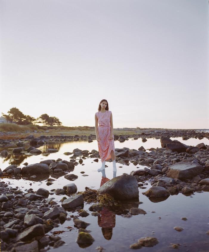Modellen bär en rosa klänning från Rodebjer