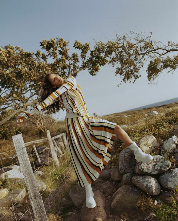 Modellen har på sig en randig topp och matchande kjol från Rodebjer