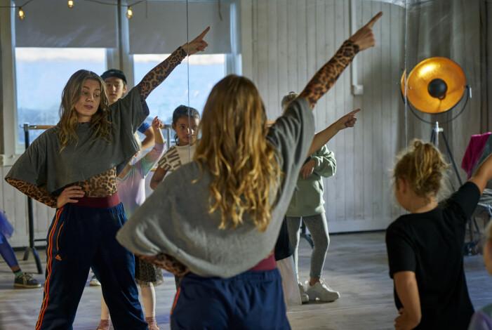 Mollys karaktär Dylan som danslärare i nya filmen Dancing Queens.