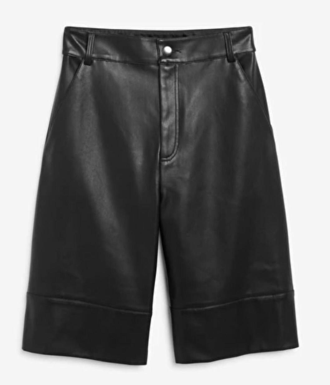 Bermudashorts i läderimitation från Monki.