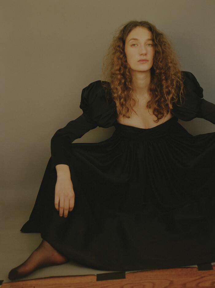 Modellen har på sig en svart klänning från Khaite