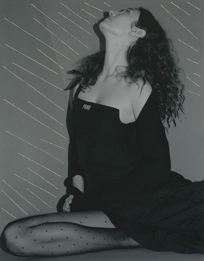 Modellen har på sig en svart bolero och en svart klänning, båda från Pann