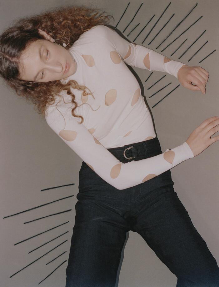 Modellen har på sig en topp från Prada och byxor från Partow