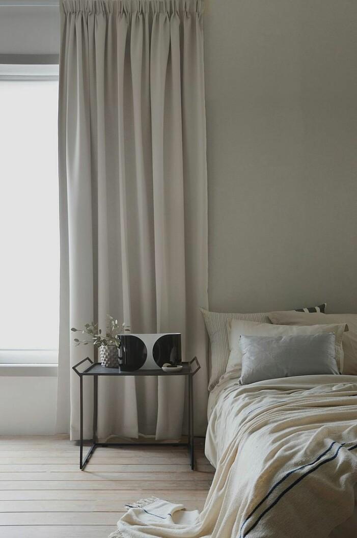 Sovrum med beige gardiner