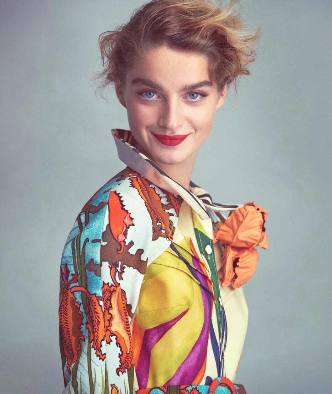 Klänning från Louis Vuitton, så stylar du den blommiga trenden 2020
