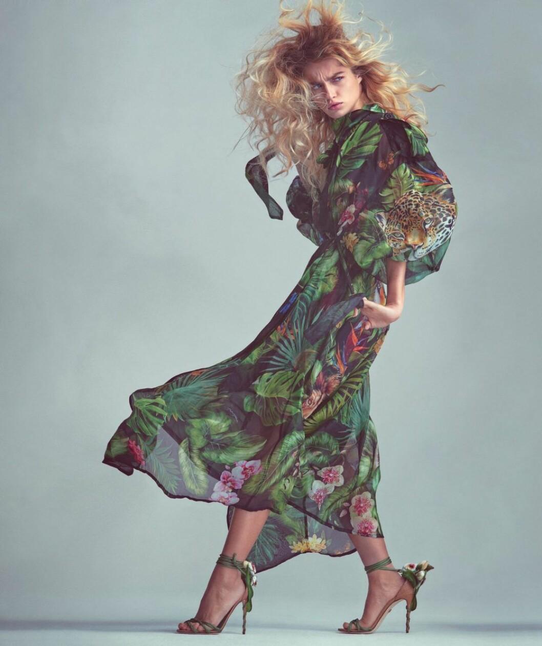 Mönstrad trenchcoat från Dolce & Gabbana, så stylar du den blommiga trenden 2020
