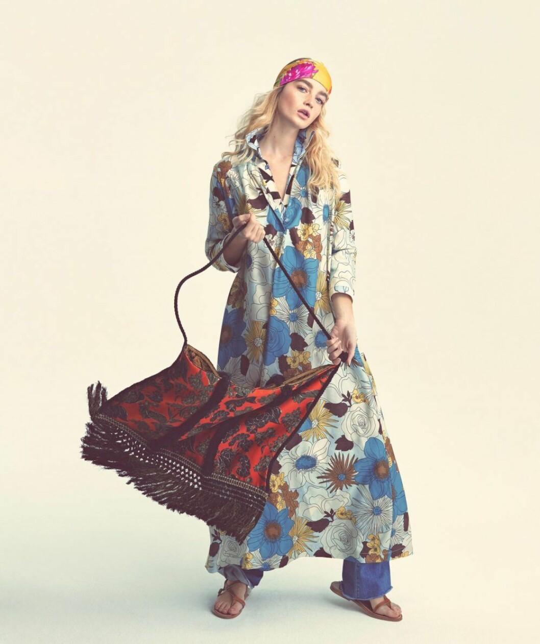 Mönstrad klänning från Momoni, så stylar du den blommiga trenden 2020