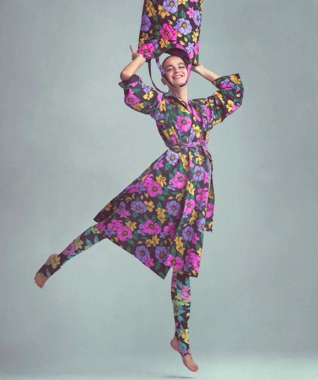 Blommig klänning från Balenciaga, så stylar du den blommiga trenden 2020