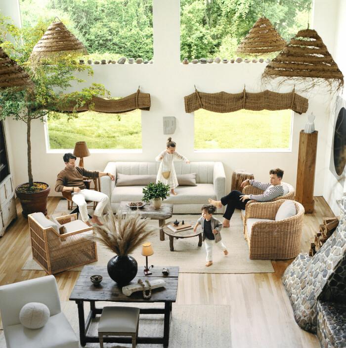 Montauk Long island sommarhus vardagsrum familjen barnen leker