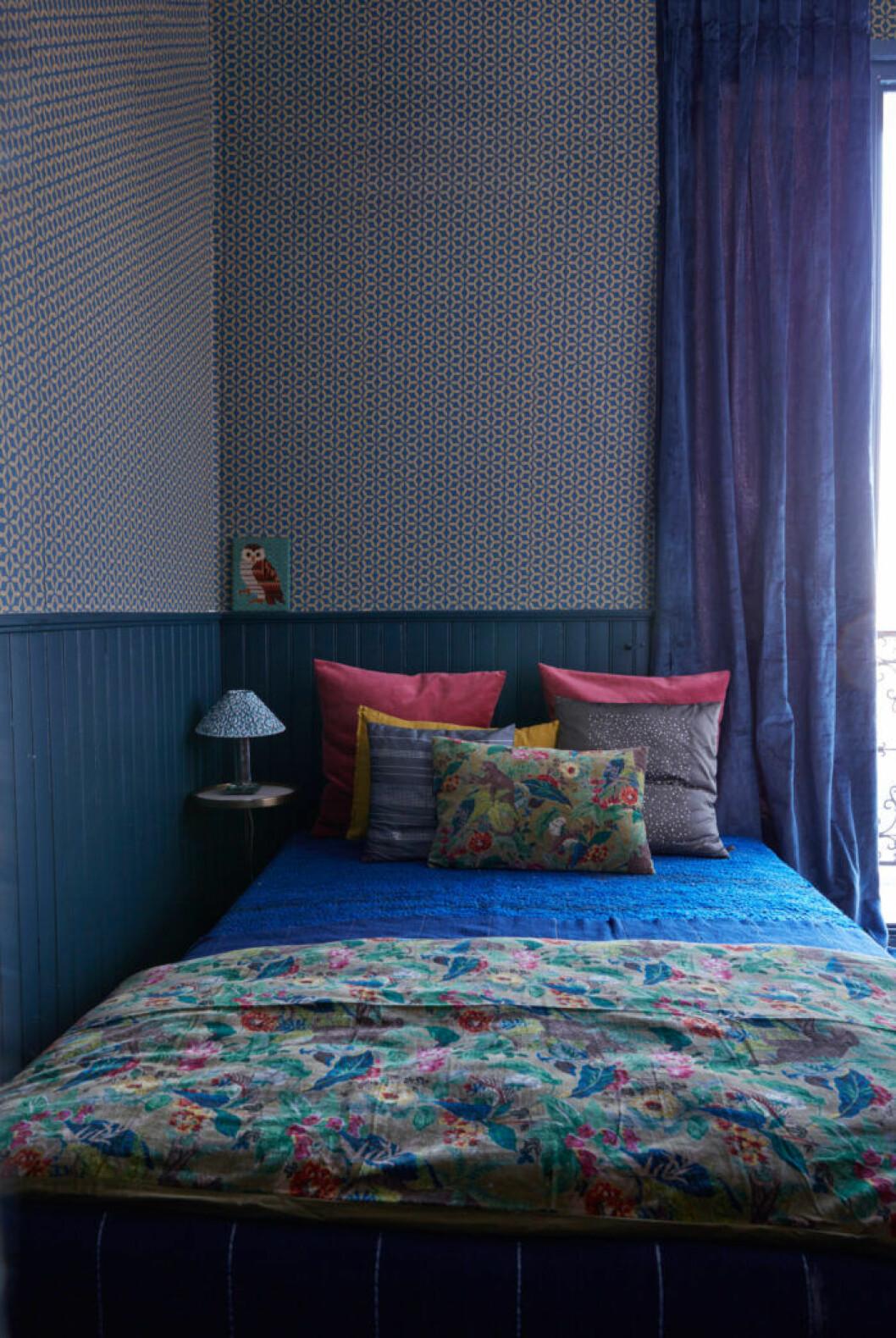 Hem i Montmartre, sovrum med mönstrade tapeter