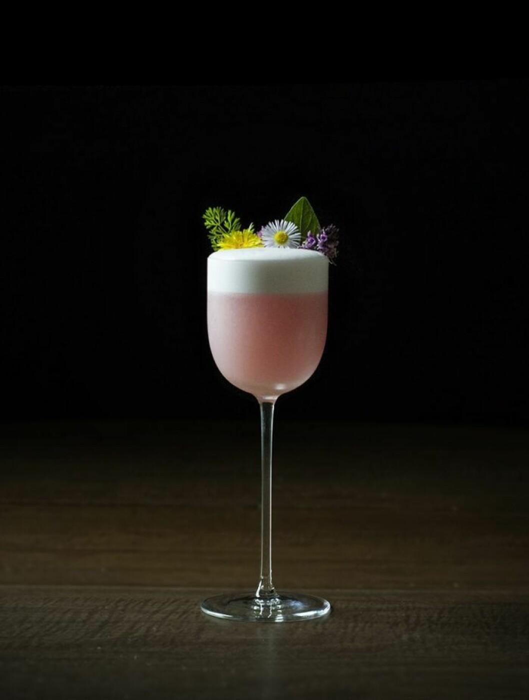 Drink I vinglas, dekorerad med blommor.