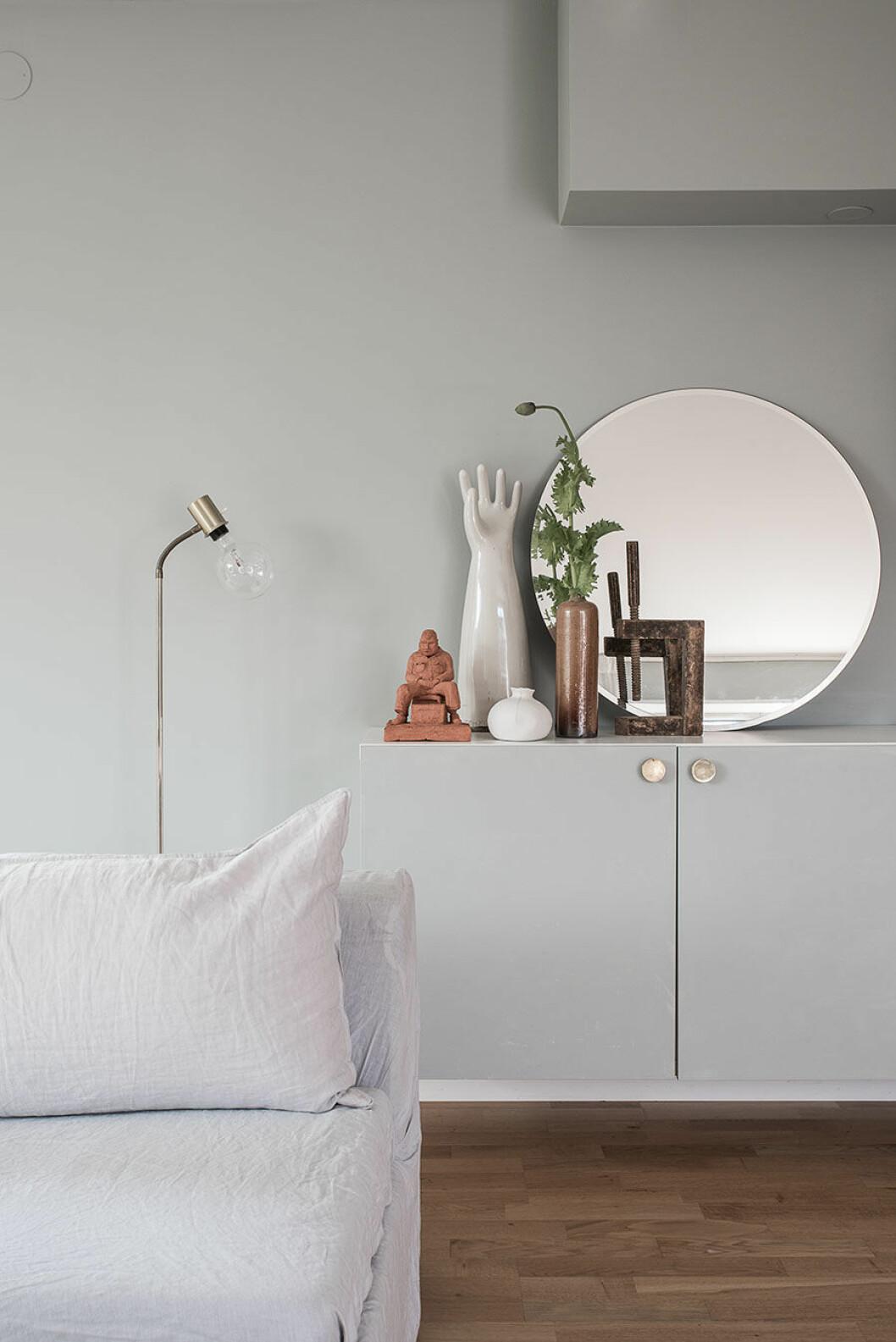 Sideboard med handstaty oh rund spegel