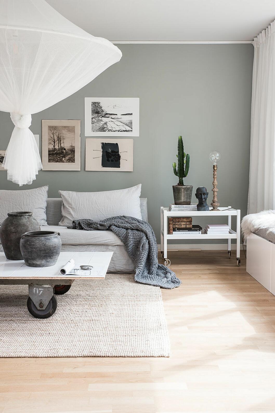 Ljusgrönt vardagsrum. Soffbord med hjul