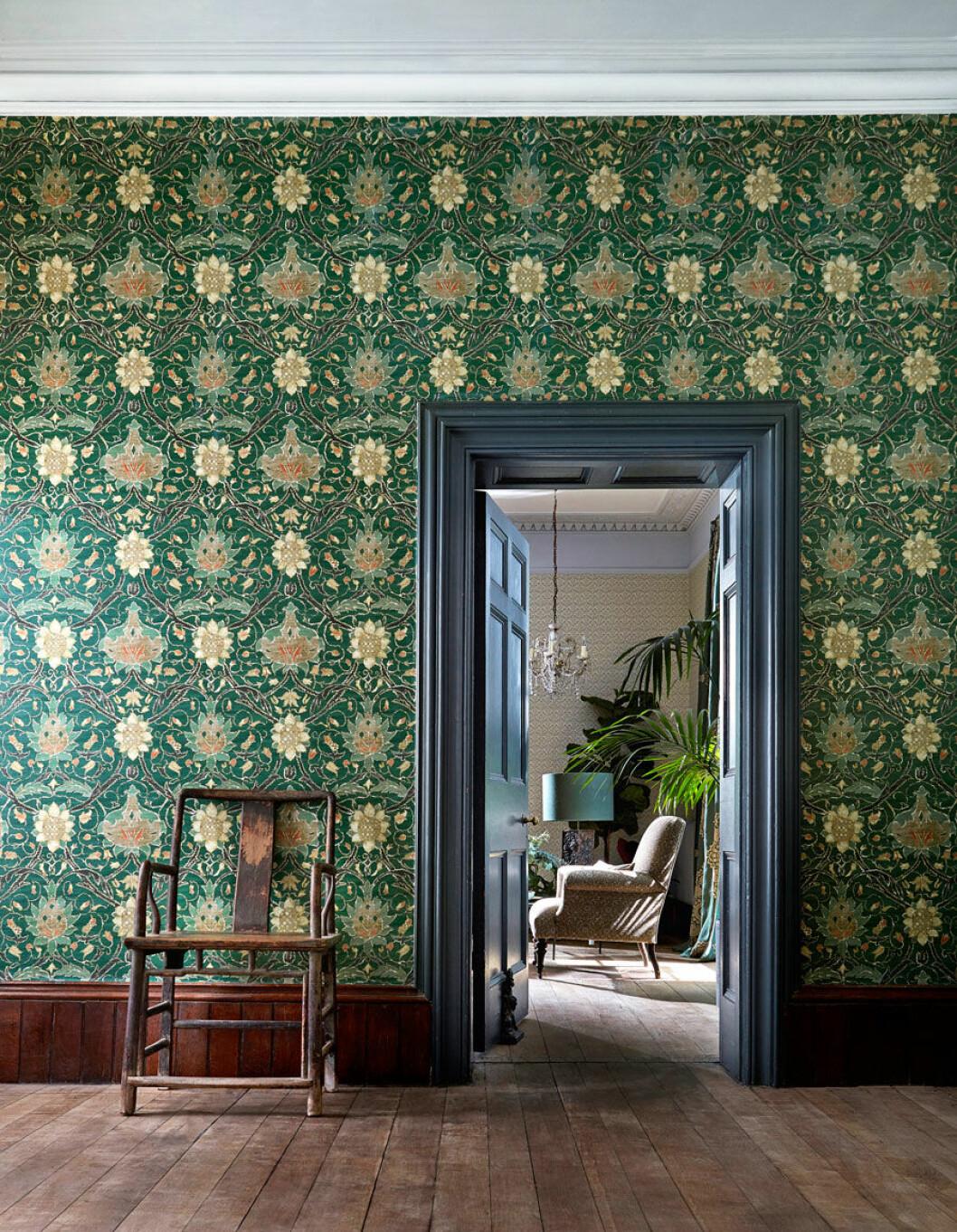 Smaragdgrön tapet med mönster