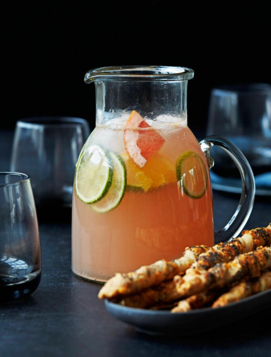Recept på uppfriskande citrus-moscow mule med vallmopinnar